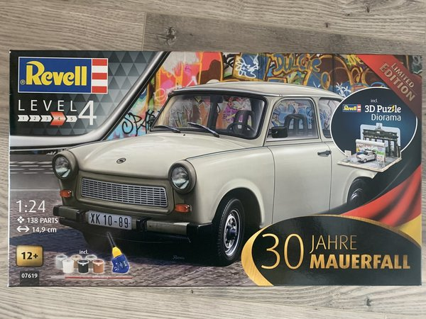"Revell 30th Anniversary ""Fall of the Berlin Wall"" Trabant 1:24 07619"
